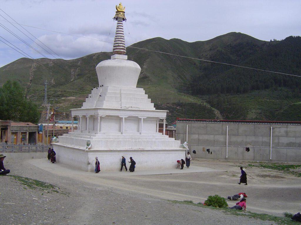 Stupa mit Pilgerern