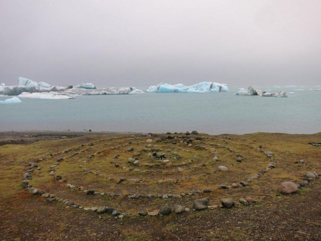 Gletscherlagune mit Steinkreis