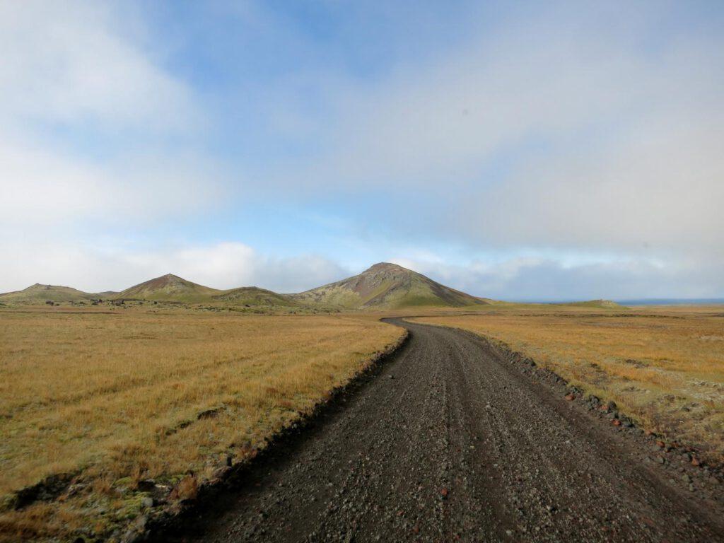 Schotterweg zum Krater Holarholar
