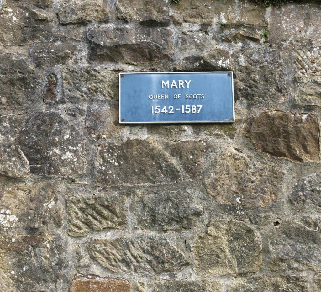 Hinweistafel Queen Mary vor dem Castle