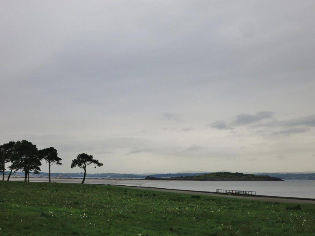 Cramond Island in der Ferne