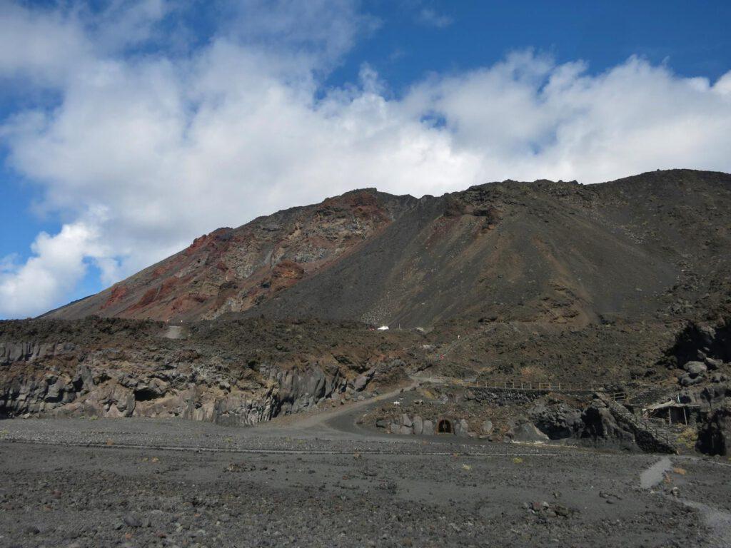 Vulkankegel im Hintergrund