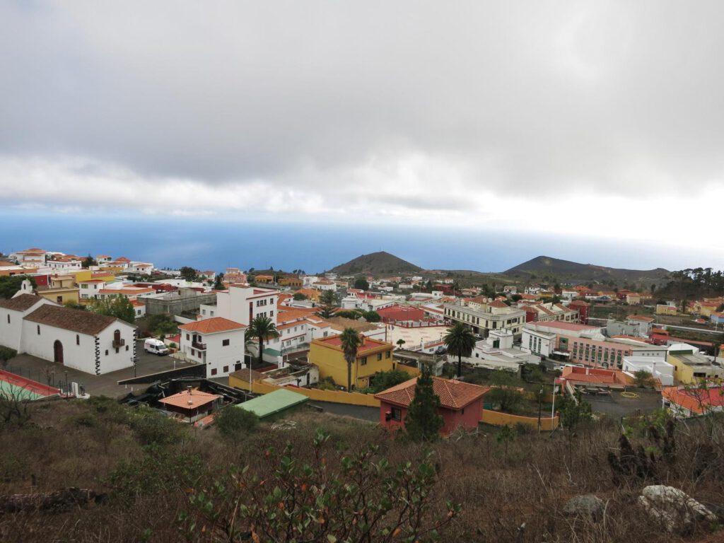 Blick von oben auf den Ort und die Vulkankegel