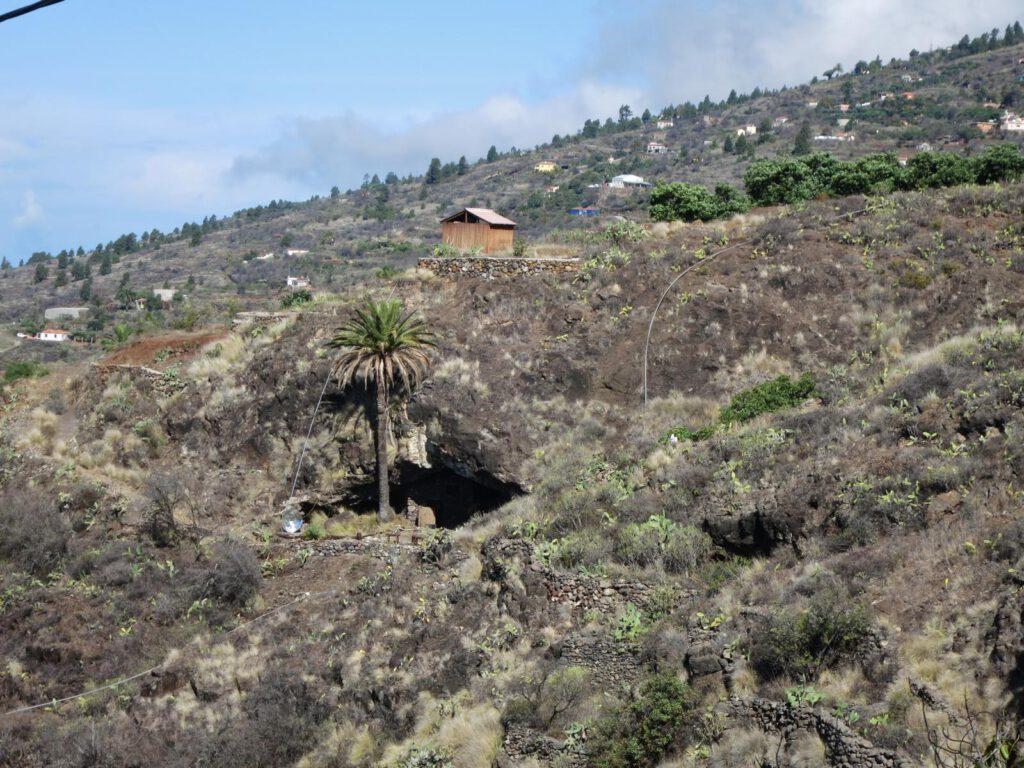 eine erste Felsenhöhle