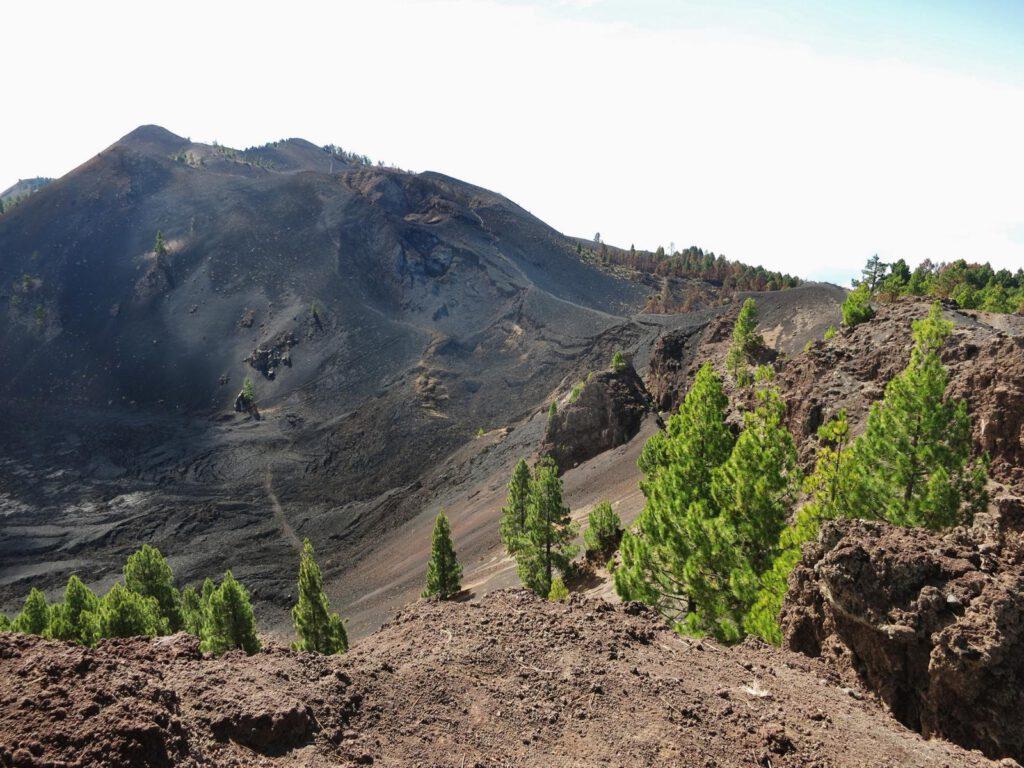 in der Ferne die Wanderroute auf den nächsten Vulkankegel