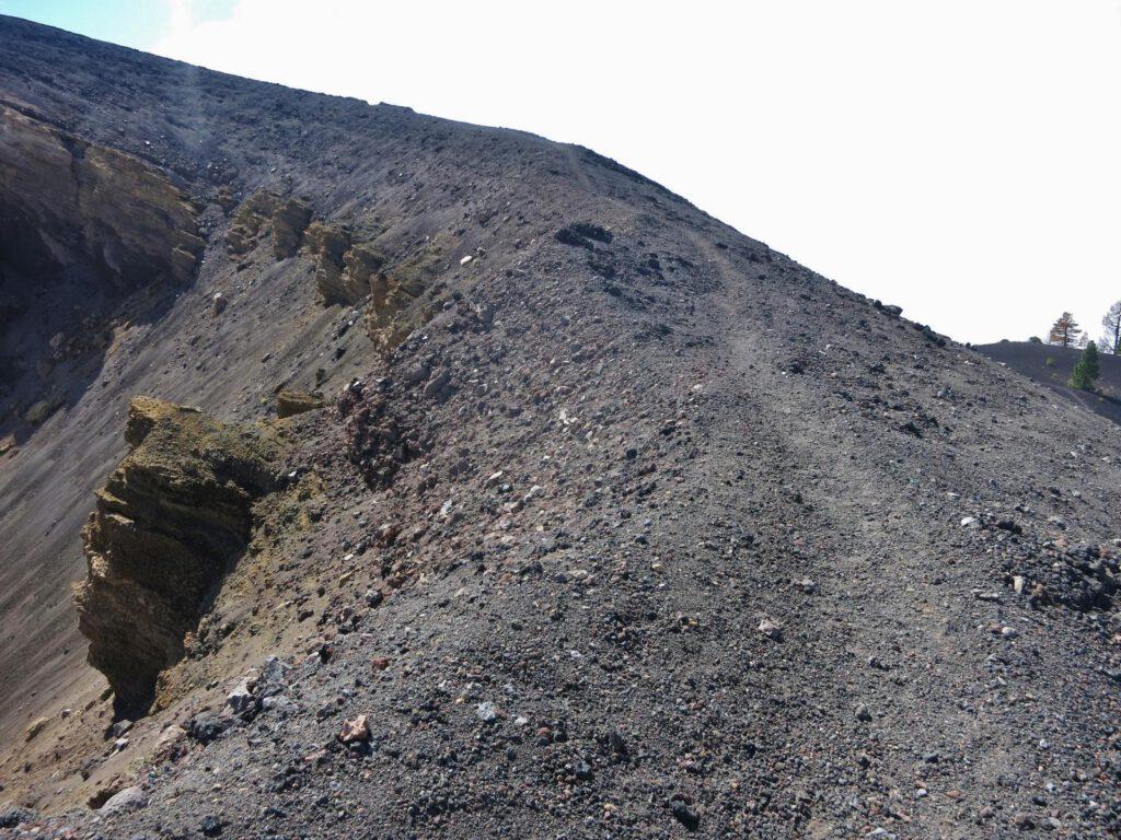 direkt am Kraterrand entlang